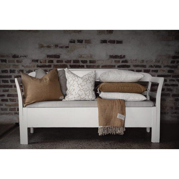 Weiße Sitzbank mit ERNST Kissen und Decke in braun
