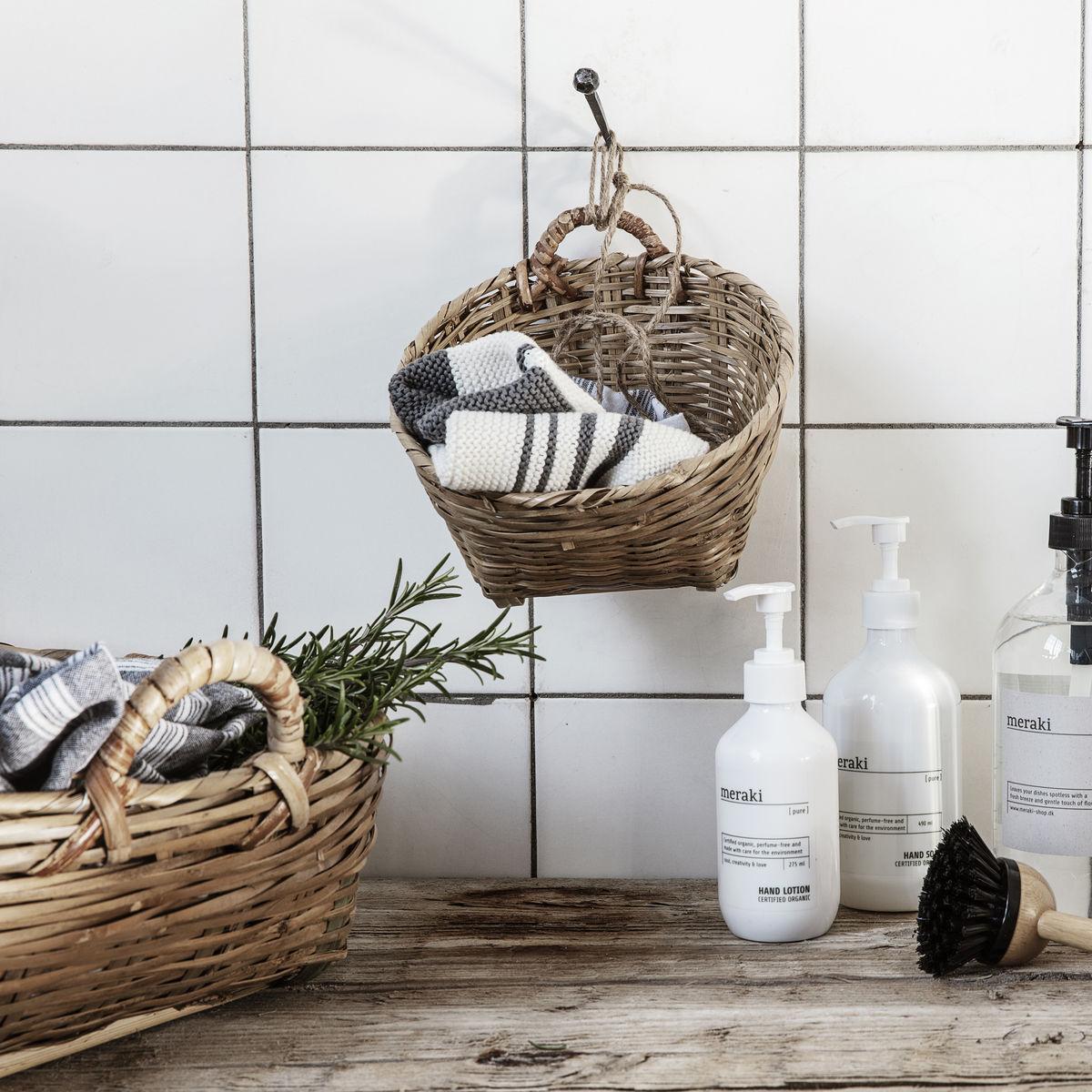 Schlichtes Bad mit Holz und Körben und Meraki Produkten