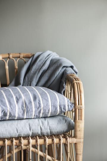 Holzstuhl mit graue Kissen