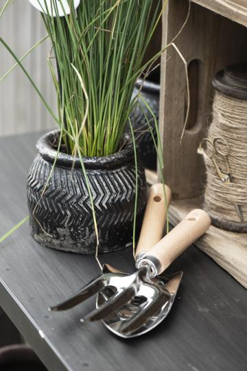 Hake und Schaufel mit Holzgriffen