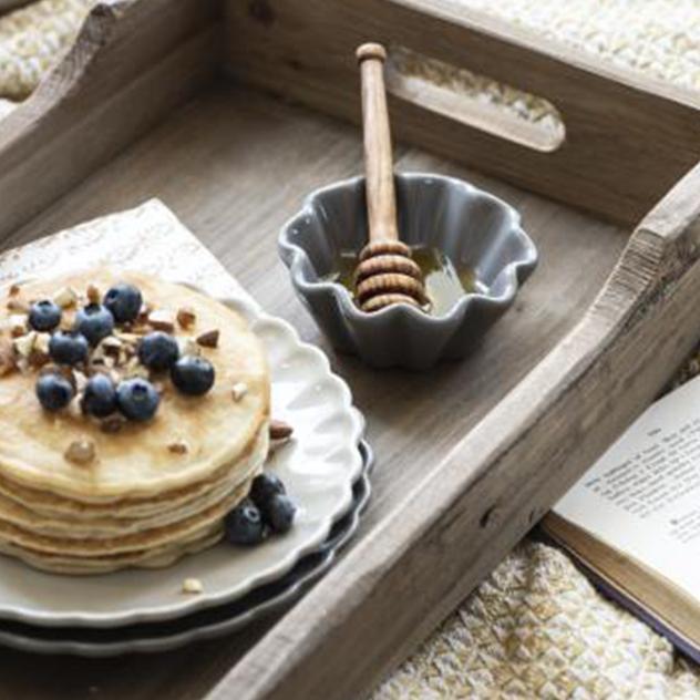 Teller mit Blauberrpfannkuchen und Honig