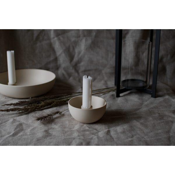 Weißer runder Kerzenhalter mit weißer Kerze