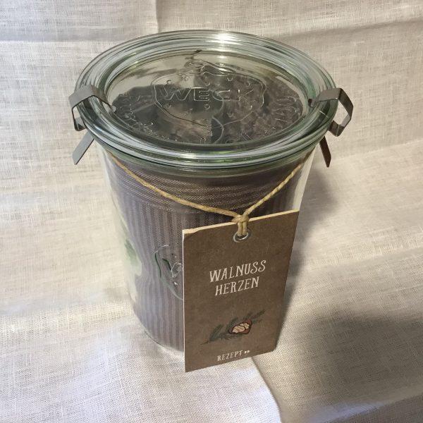 Glascontainer mit Plätzchenform und grauem Küchentuch