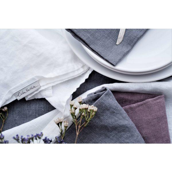 Graue, lila und weiße Stoffservietten
