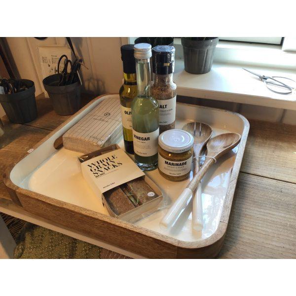 Holzform mit Holzlöffeln, Servietten, Essig, Öl, Salz, Marinade und Snacks