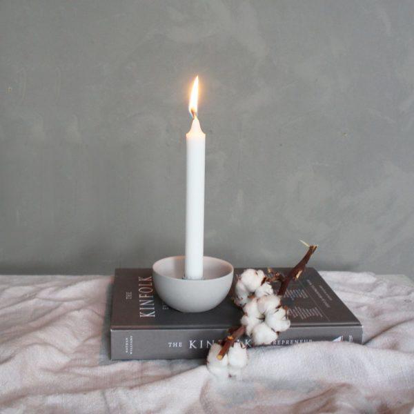 Weißer runder Kerzenhalter