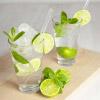 Gläser mit Wasser und Limetten gefüllt