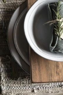 Teller auf einer Holzplatte von oben
