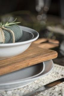 Teller auf einer Holzplatte von der Seite