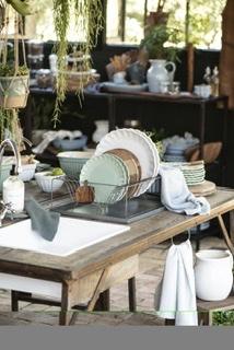 Grünes, goldenes und weißes Geschirr auf einer Kücheninsel