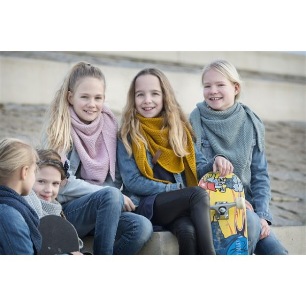 Fünf Mädchen mit blauem, grauem, rosa, gelbem und grünen Schal