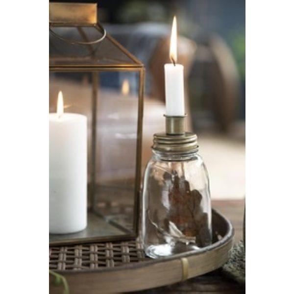 Kerzenhalter auf einer Glasvase mit einer weißen Kerze