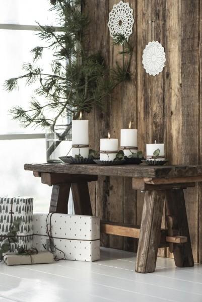 Holztisch mit weißen Kerzen