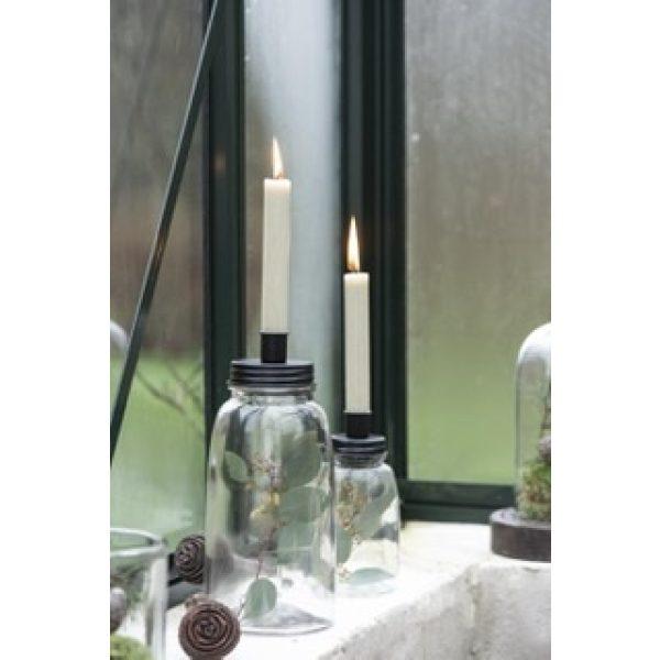 Zwei Kerzenhalter auf Glasvasen mit weißen Kerzen